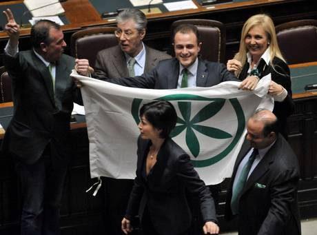 Camera dice sì a fiducia Lega sventola bandiere