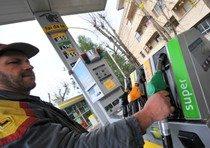 Benzina sopra 1,74 euro, al Centro sfonda 1,8