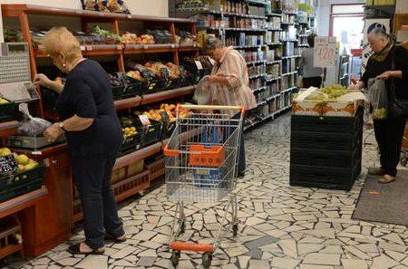 Consumatori vedono nero, la fiducia crolla