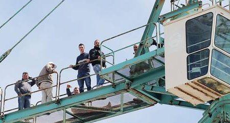 Operai su gru a Torino, da mesi senza stipendio