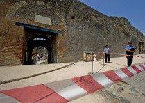 Scavi Pompei, cadono pietre da un muretto